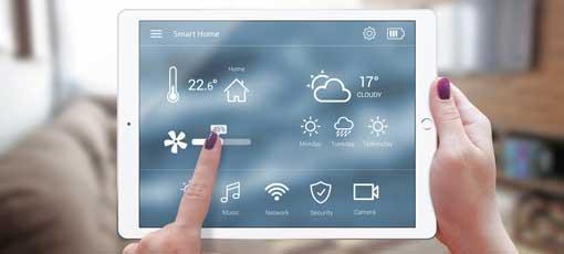 Frau steuert Lüftung und Temperatur über iPad