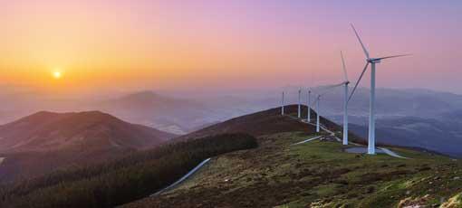 Bergige Landschaft mit Windrädern