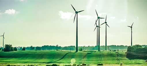 Grüne Landschaft mit Windräder Skyline