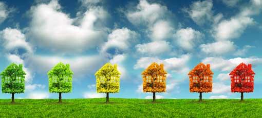 Bäume in Hausform und den Energieausweis-Farben