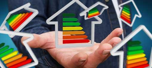 Offene Hand hält mehrere Häuser mit Energielabel