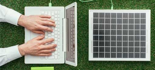 Ein Laptop wird über Solarzellen mit Strom versorgt