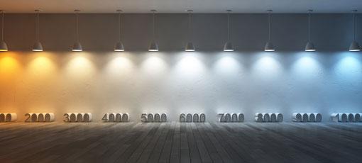 LED-Lampen beleuchten eine Wand von warmweiß bis kaltweiß