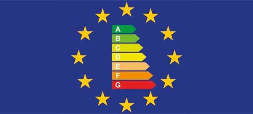 EU-Flagge mit den neuen EU-Energielabeln 2021